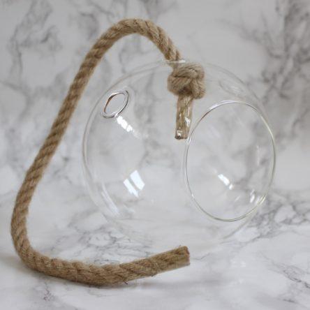 Glazen hangbal aan touw
