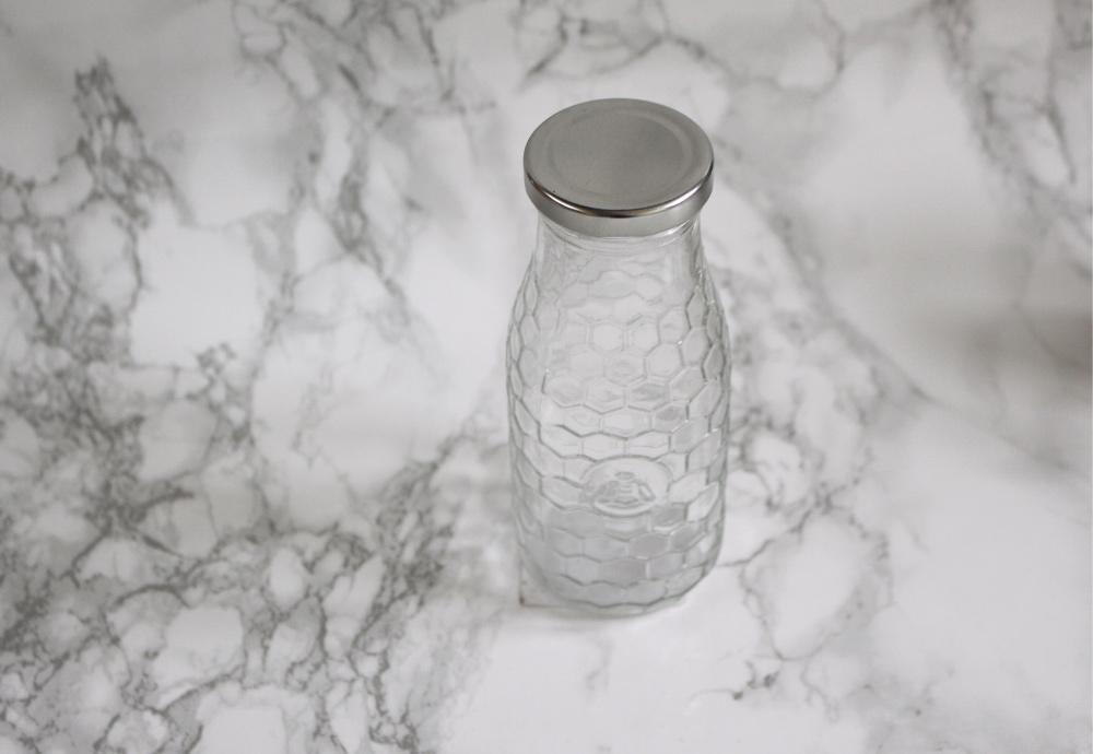 Flesje met hexagonprint